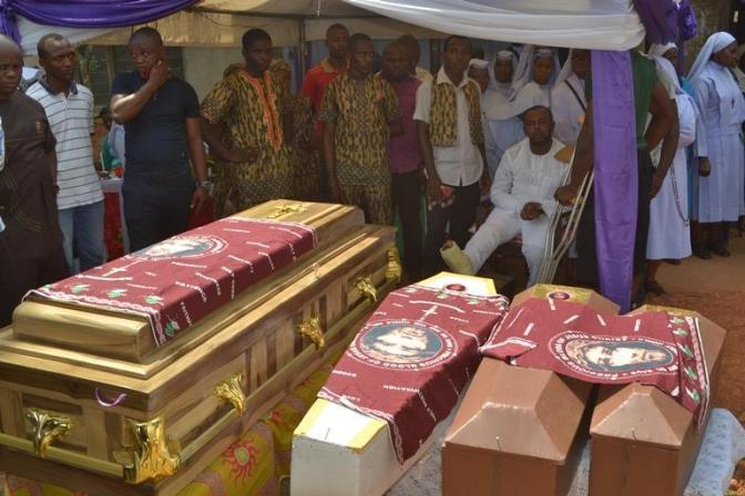 What a Painful lost: Tears As Man Buries His Wife And 3 Children The Same Day